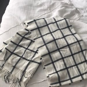 Black and white checkered blanket scarf